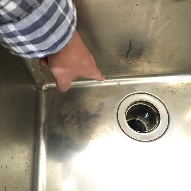 シンクを洗う